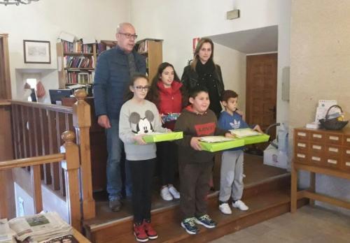 OS PREMIADOS NO CERTAME DE POESÍA DE NADAL DA BIBLIOTECA MUNICIPAL DE LOURENZÁ RECIBIRON OS SEUS AGASALLOS